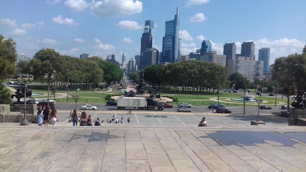 """Ein Blick auf Philadephia von oberhalb den """"Rocky Steps""""."""